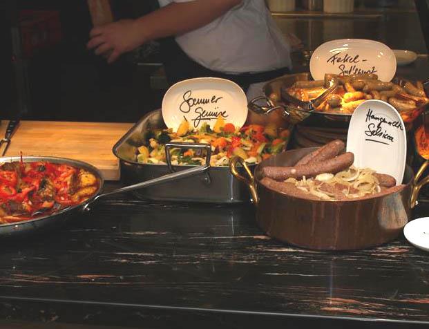 Das Sonntagsbuffet der Gutsküche: handfest mit hausgemachten Bio-Würsten