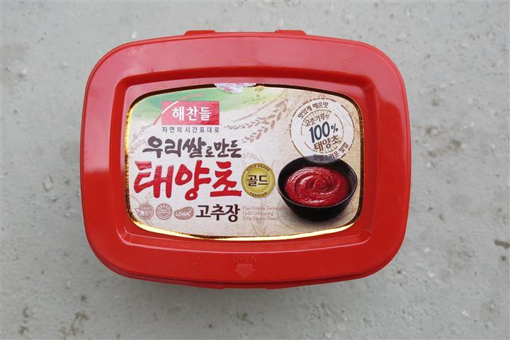 Koreaner scheinen einen großen Verbrauch an dieser Chilipaste zu haben: Kleine Packungen gibt es nicht.