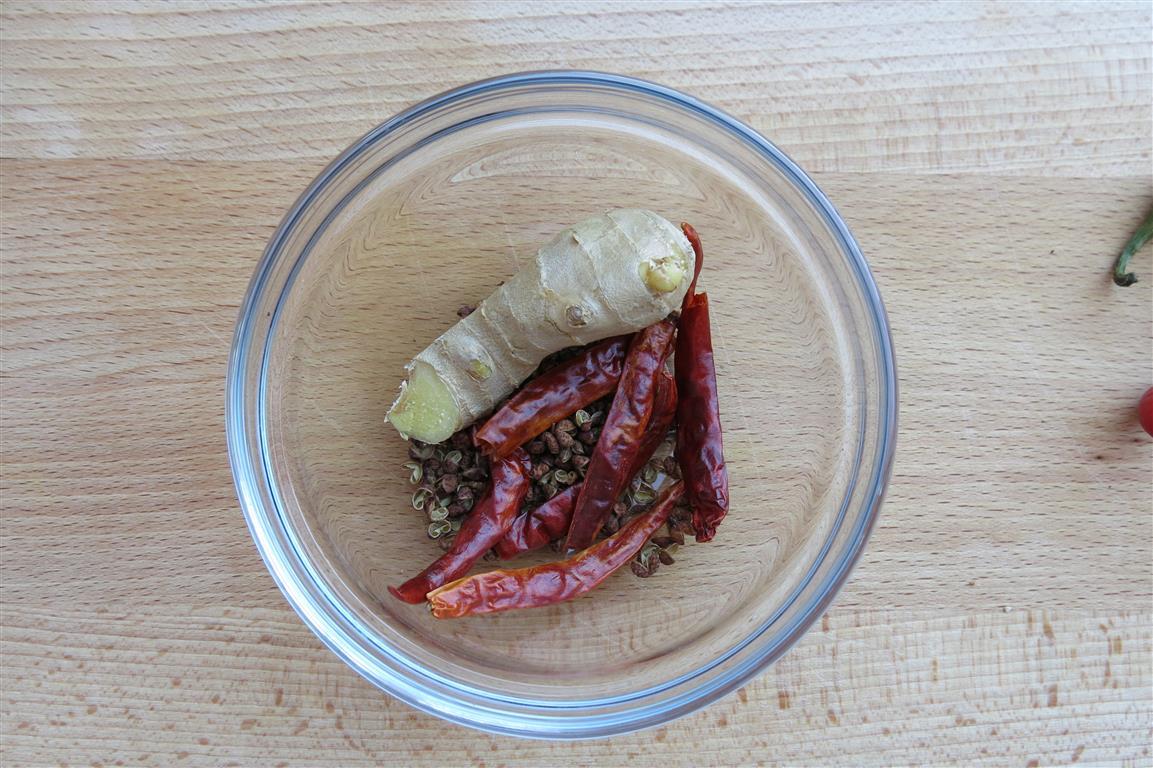 Ingwer, getrocknete Chili und Szechuanpfeffer würzen (und schärfen) das Bratöl der Kartoffeln.