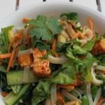 Sommerlich: Reisnudelsalat mit Chili-Tofu