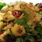 Bunt wie der Herbst: Gewürzblumenkohl-Salat mit Granatapfel und Tahindressing