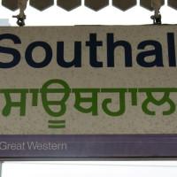 Bahnhofsschild Southall in lateinischer und bengalischer Schrift