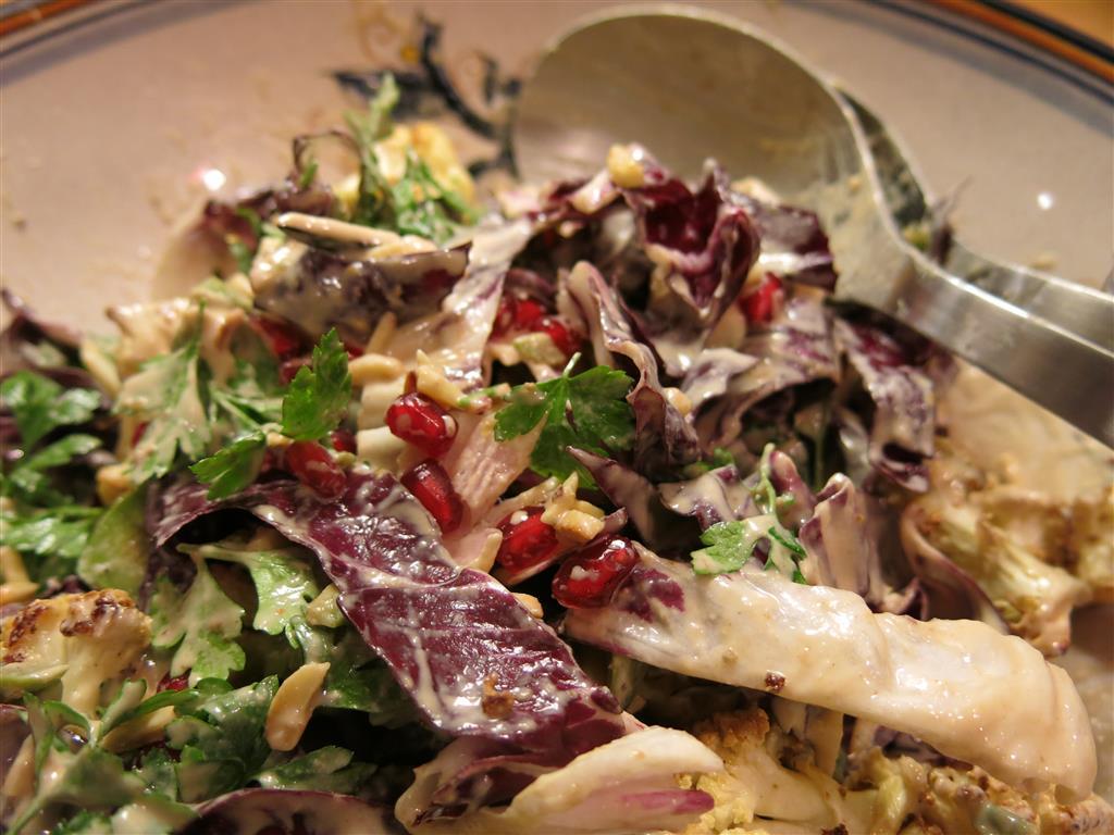 Gewürzblumenkohlsalat mit Dressing vermischt