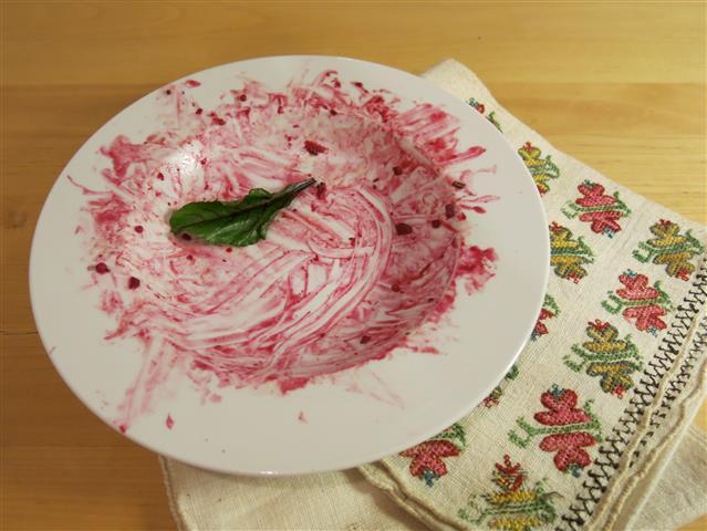 Leer gegessener Teller mit Rote-Bete-Spuren