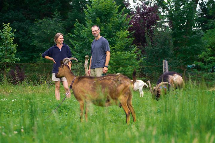 Nicole Nikolaus mit Mann und Ziegen