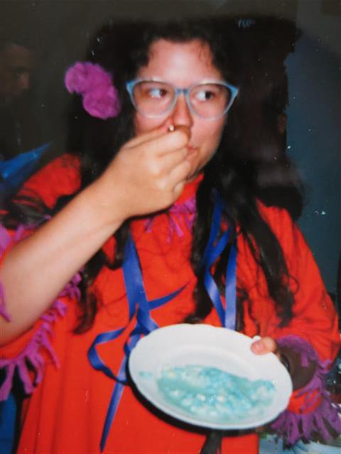Blau gefärbter Eiersalat