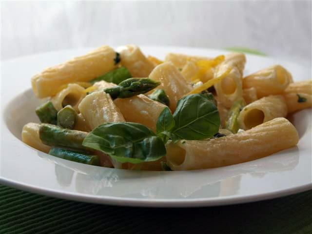 Pasta mit grünem Spargel, Ziegenkäse und Zitrone