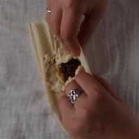 Tamales 3: Maisteig über der Füllung verschließen