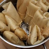 Tamales 6: Tamales im Dämpfeinsatz des Kochtopfs