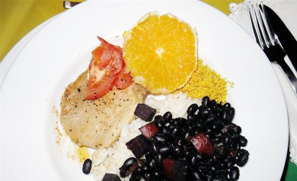 Feijoada: schwarze Bohnen mit Wurst und Fleisch, dazu Reis und Orange