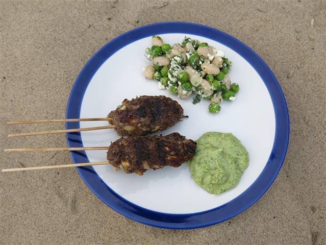 Köfte mit Tahin-Petersiliensauce und Erbsen-Bohnen-Salat
