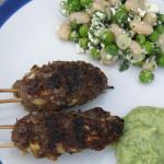 Strandpicknickzeit! Würzige Köfte mit Erbsen-Bohnen-Salat