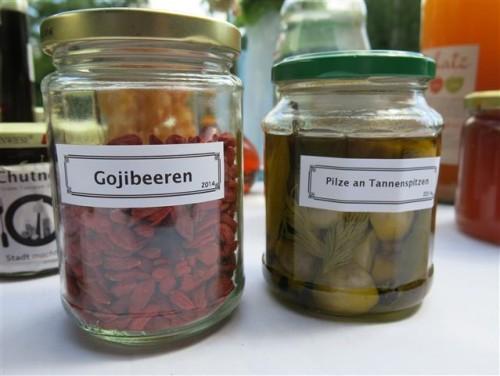 Gojibeeren und eingelegte Pilze mit Tannenspitzen
