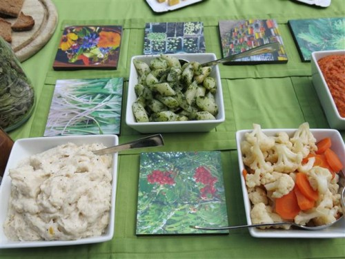 Stadtpicknick-Tisch mit Aufstrichen und Pickles