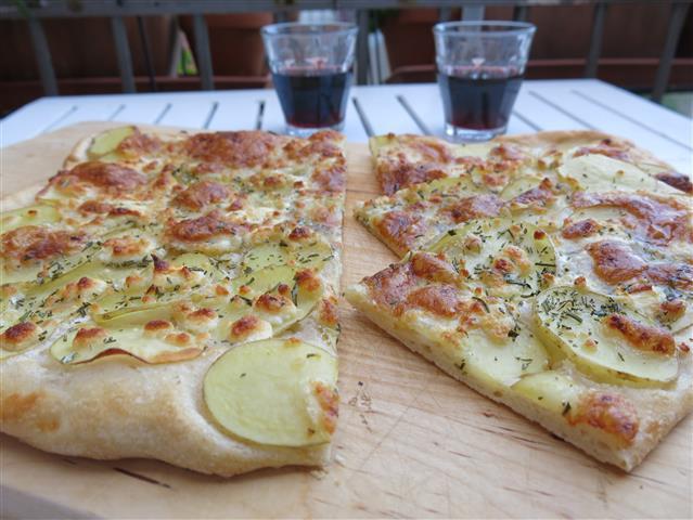 Kartoffel-Ziegenkäse-Pizza mit Weingläsern