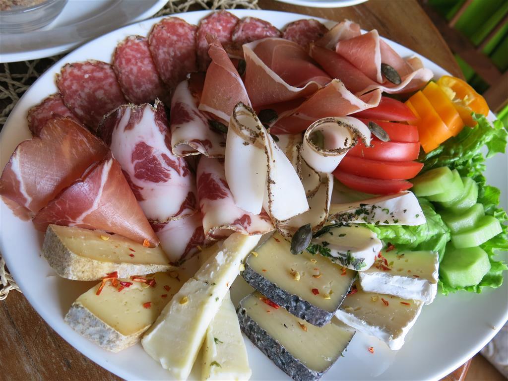 Teller mit Speck, Wurst, Käse
