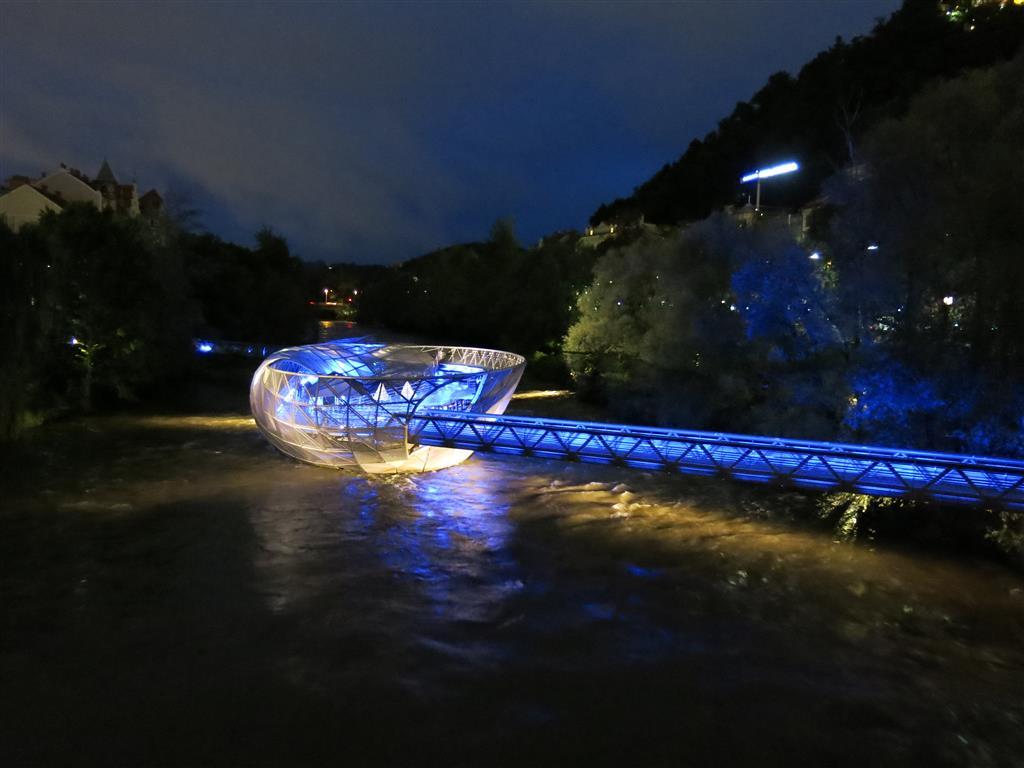 Graz: Die künstliche Murinsel bei Nacht