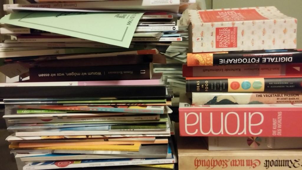 Stapel Kochbücher und Kochzeitschriften