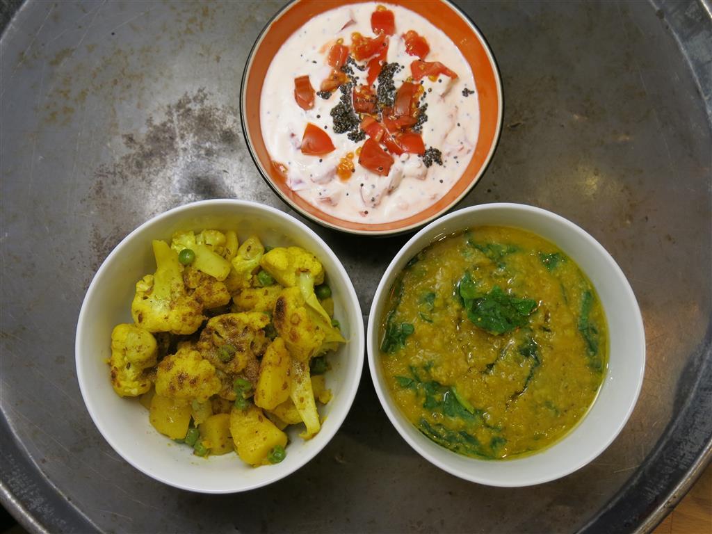 Spinat-Daal, Tomaten-Raita und Blumenkohlcurry
