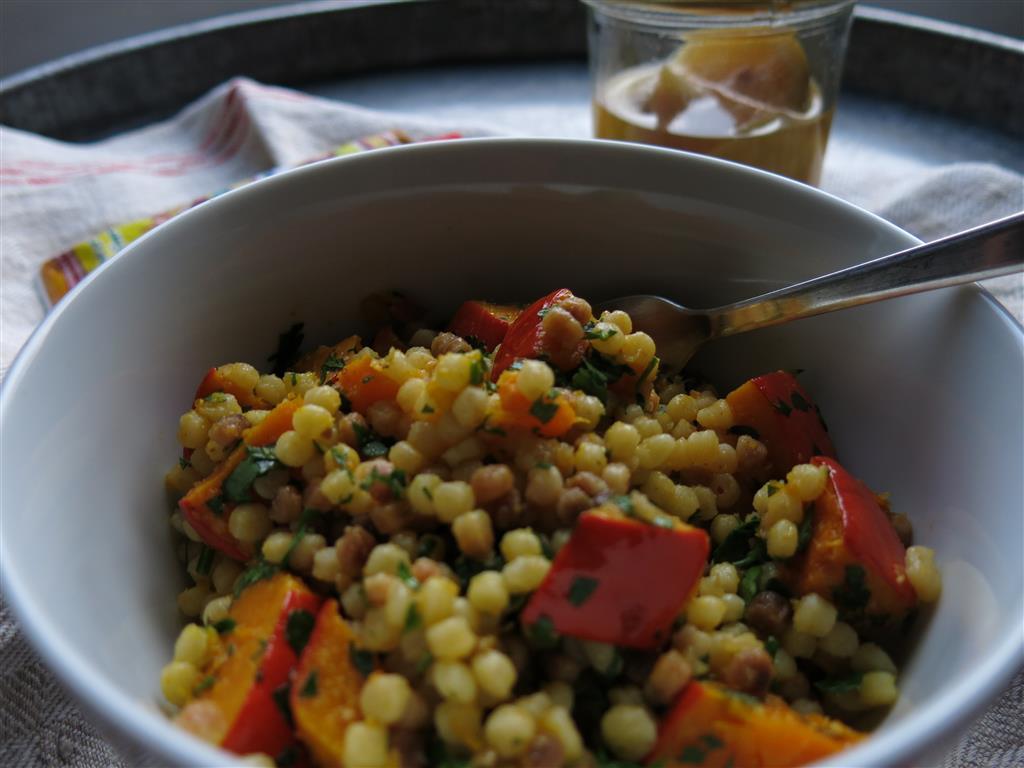Kürbis-Fregola-Salat dunkles Foto