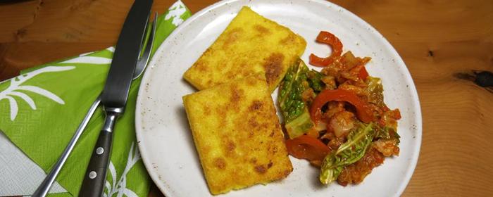 Knusprig und weich, sanft und würzig: Käsepolenta mit rauchigem Paprika-Wirsing