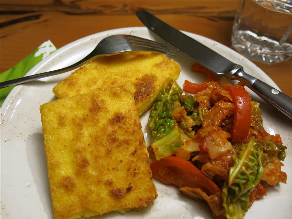 Polentaschnitten mit Paprika-Wirsing-Gemüse