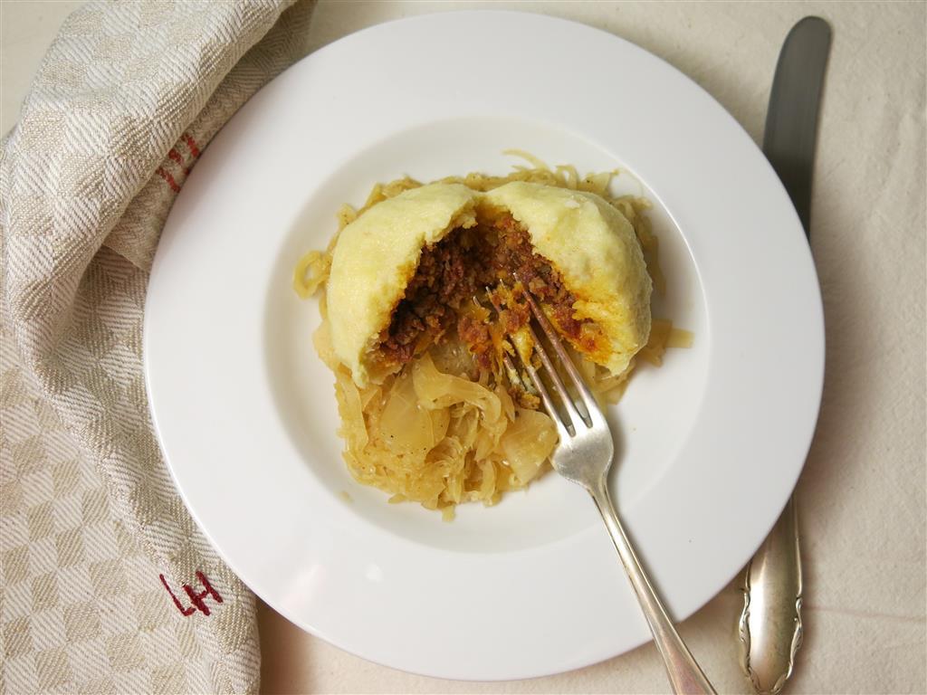 Hascheeknödel mit Sauerkraut