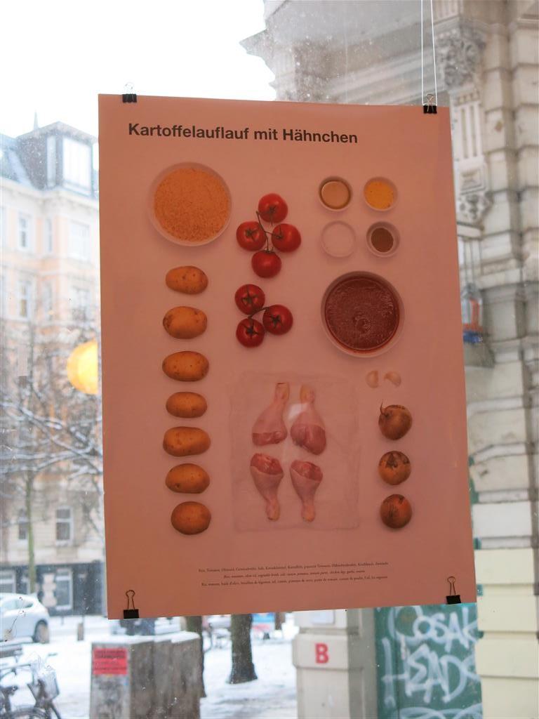 Plakat mit Innenseite aus dem Kochbuch am Fenster des Kölibri
