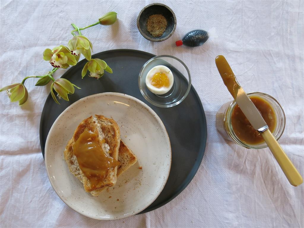 Malaysisches Frühstück mit Kokoscreme Kaya und Ei
