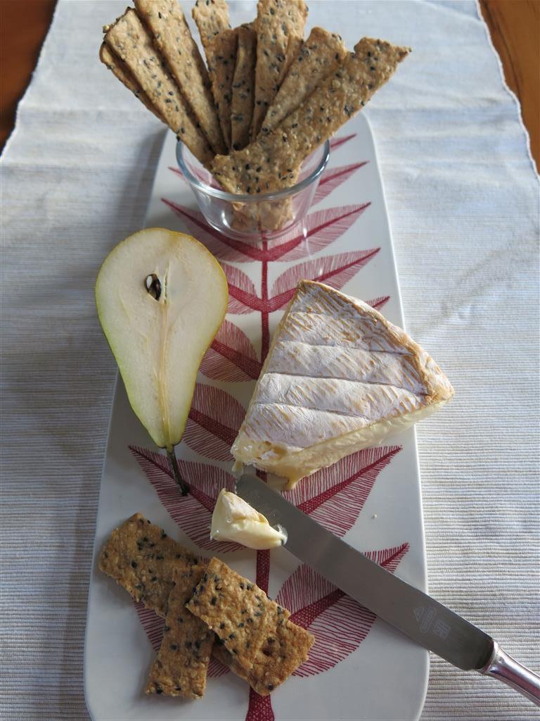 Sesamcracker mit Käse und Birne