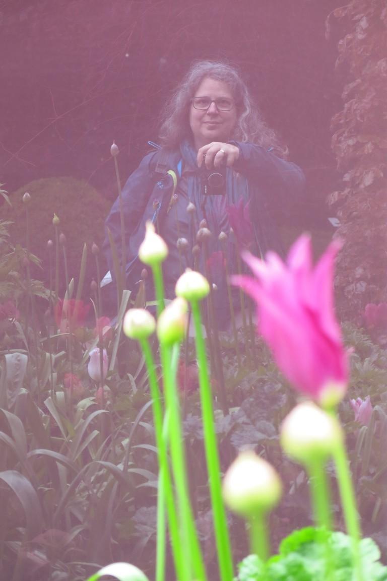 Selbstporträt im Gartenspiegel