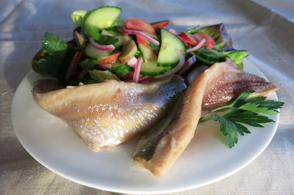 Matjes mit Gurken-Rhabarber-Salat