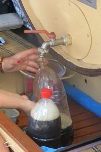 Kvass wird in eine Flasche abgefüllt
