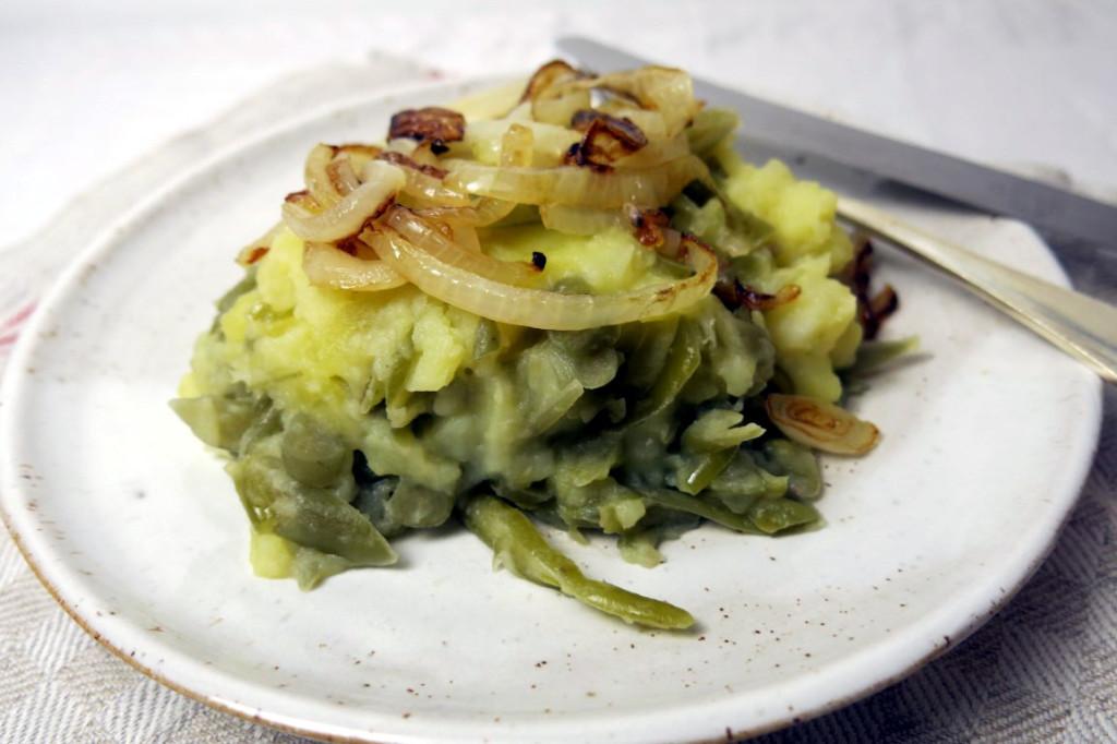 Saure Schnibbelsbohnen mit Kartoffeln untereinander