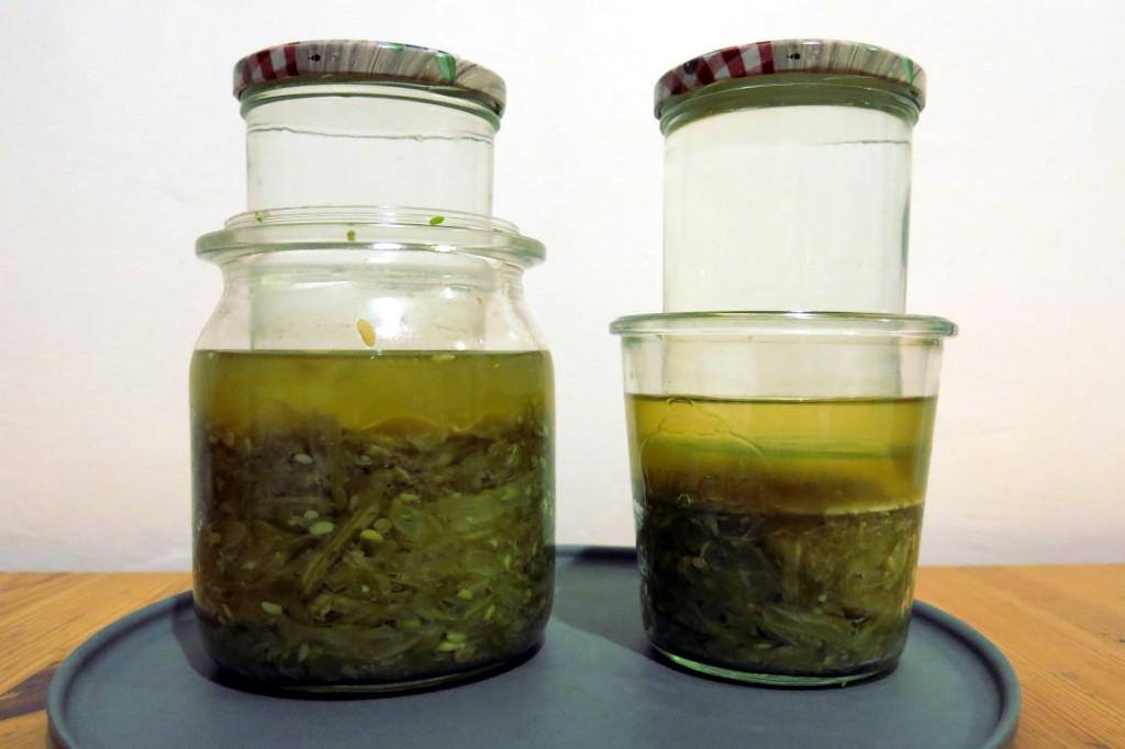 Fermentation von grünen Bohnen in Gläsern mit Gewichten