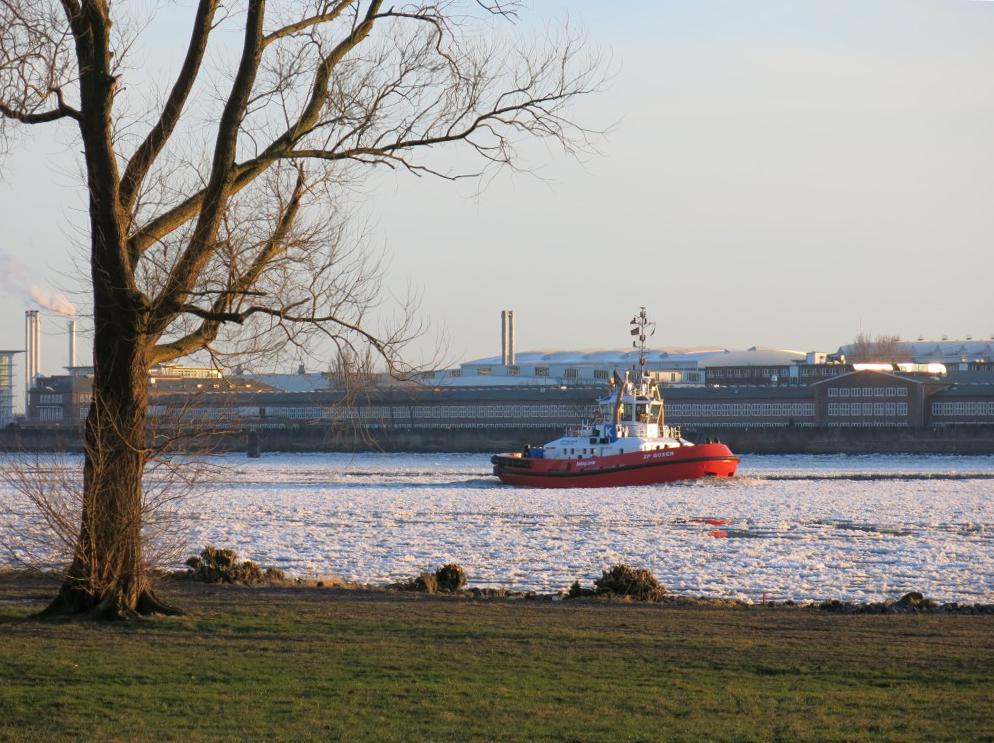 Schlepper bei Eisgang auf der Elbe
