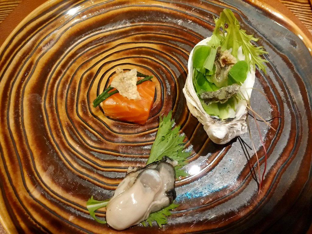 Auster, sehr sanft gegarter Lachs, Sauerklee und knusprige Lachshaut