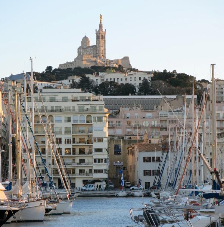 Der alte Hafen mit Notre Dame de la Garde