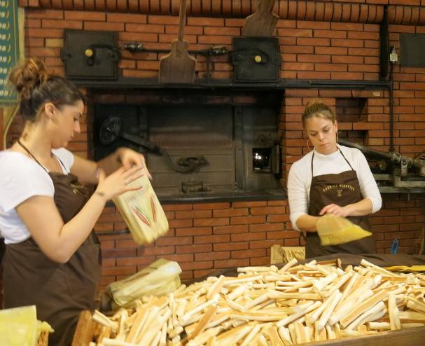 Navettes eintüten in der Bäckerei Four des Navettes