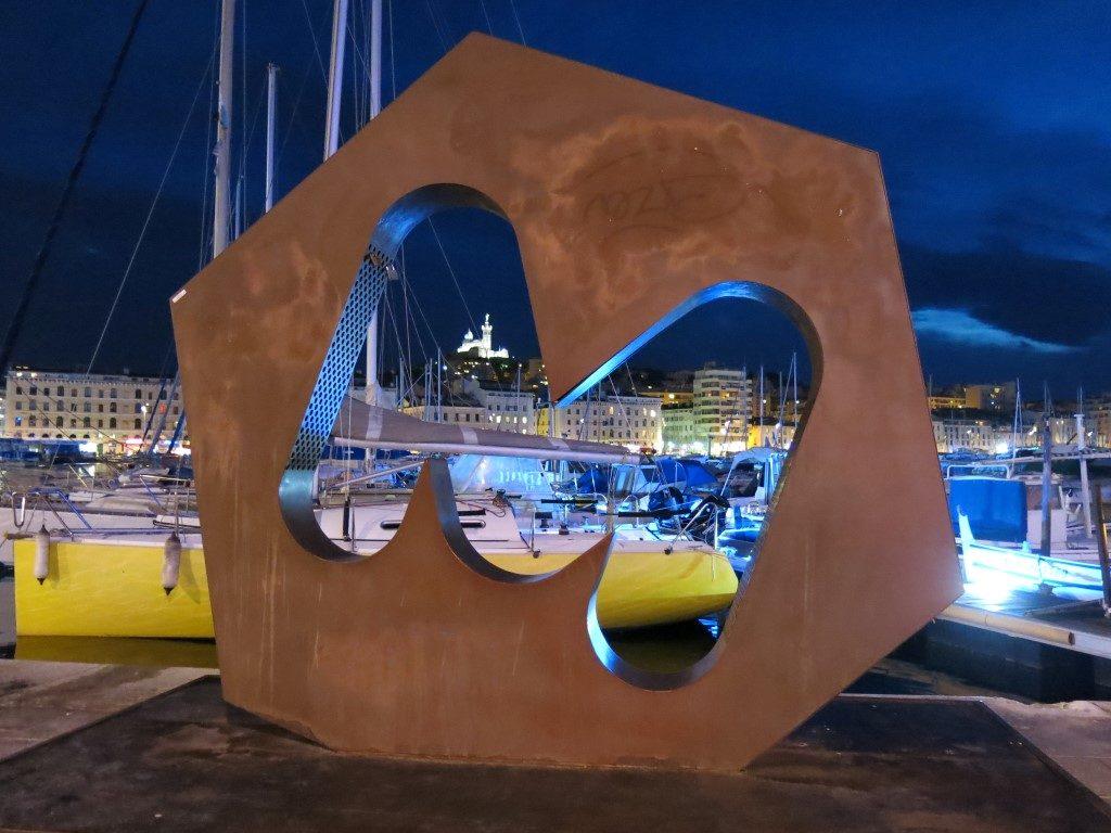 Marseille Hafen und Notre Dame de la Garde bei Nacht