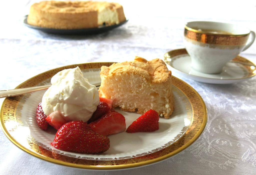 Angel Food Cake mit Erdbeeren und Sahne