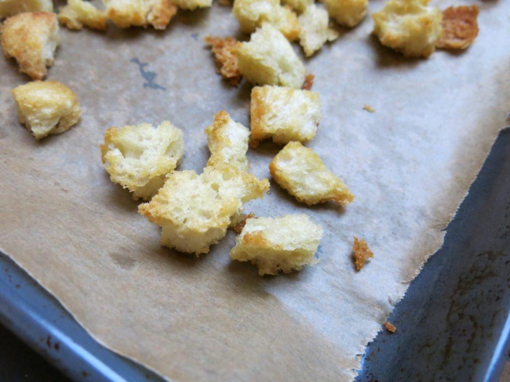 Croutons auf dem Backblech