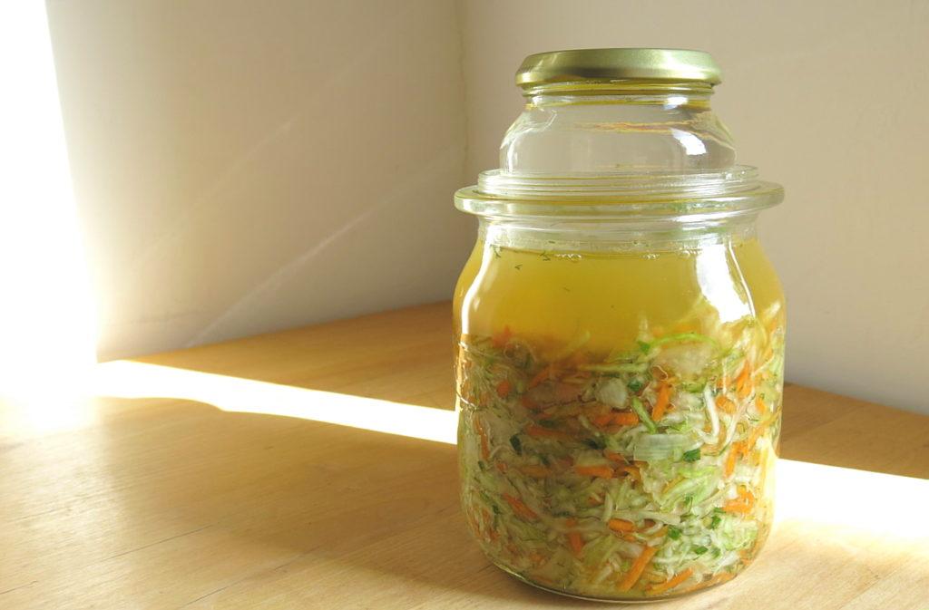Einmachglas mit selbst gemachtem Sauerkraut