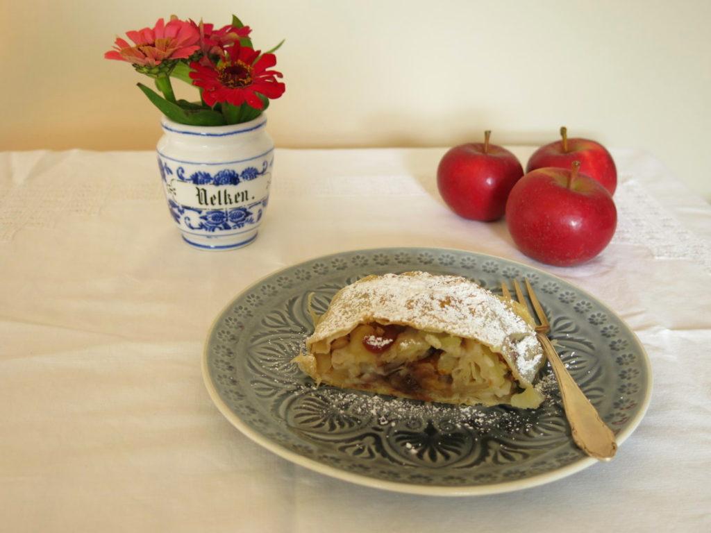 Apfelstrudel auf dem Teller