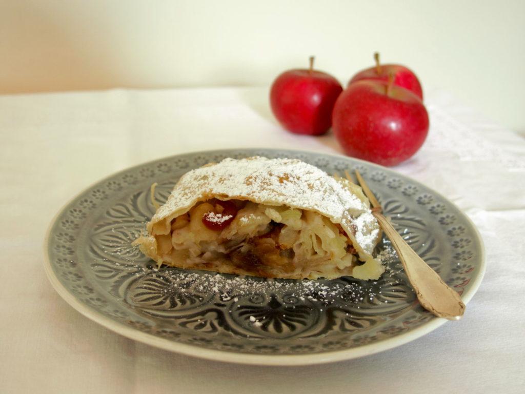 Apfelstrudel auf Teller