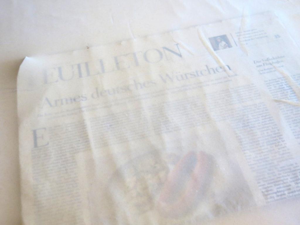 Zeitung durch den Strudelteig lesen