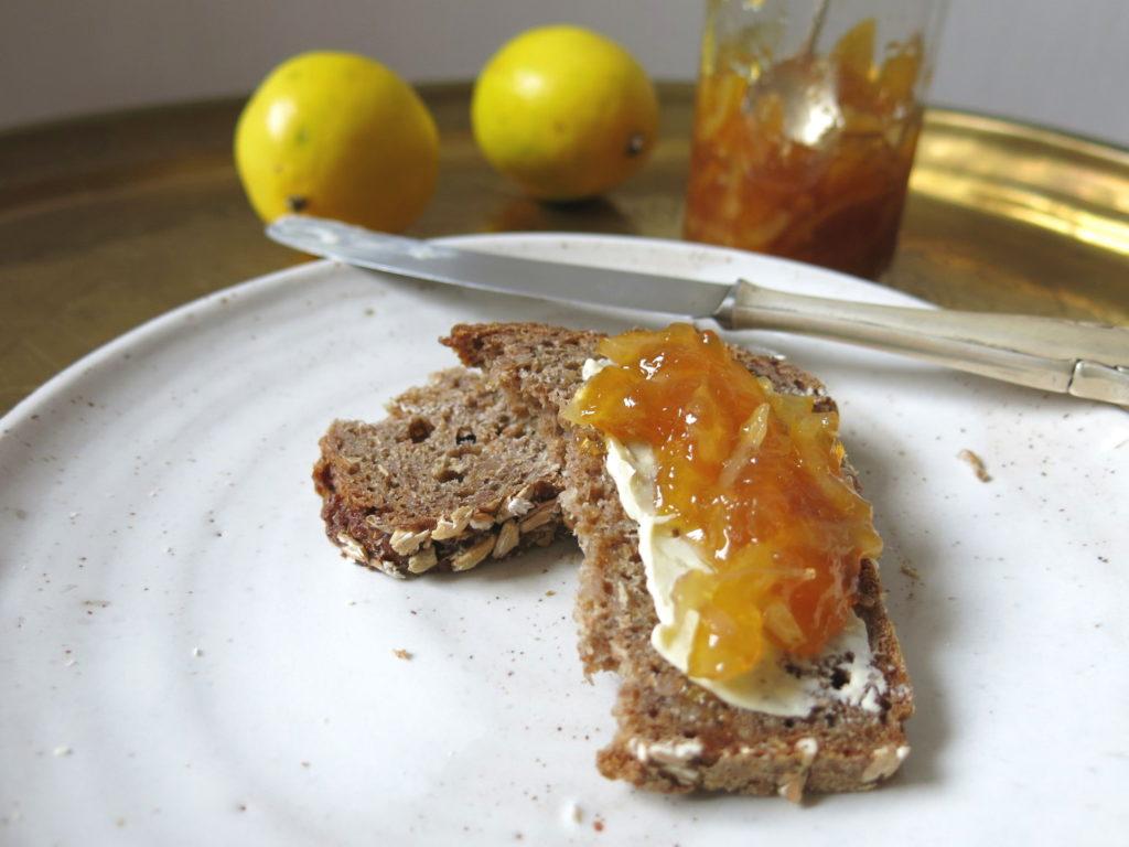 Zitronenmarmelade aus Meyer-Zitronen auf Brot
