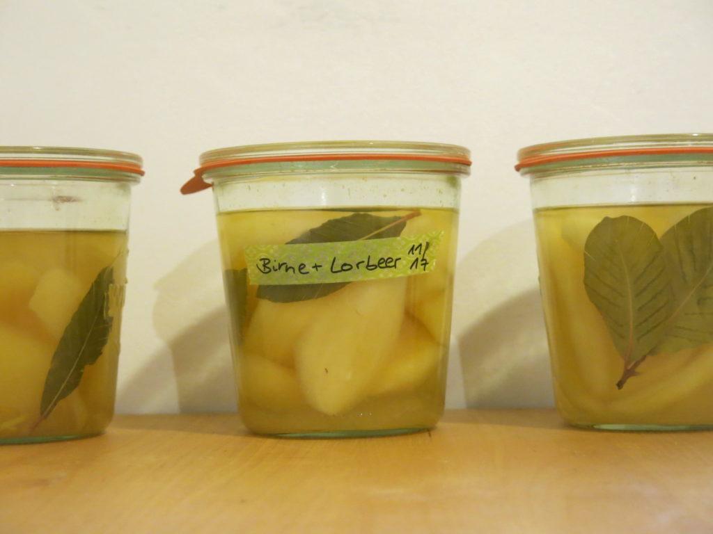 Eingekochte Lorbeerbirnen