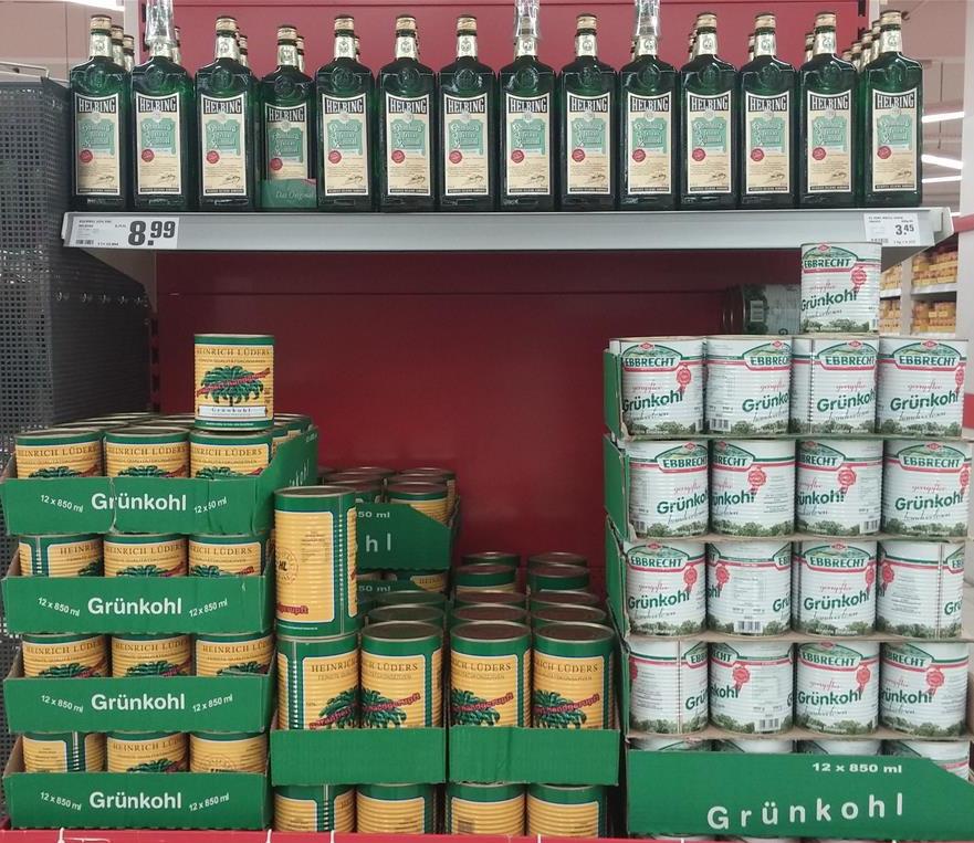 Konservendosen mit Grünkohl im Supermarkt