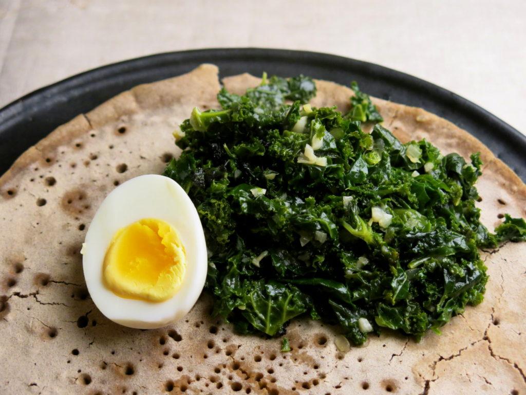 Grünkohl äthiopisch (Gomen Wot) auf Injera mit Ei